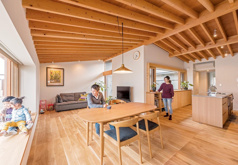 irohaco (アヴァンス)【デザイン住宅、子育て、間取り】設計士さんが最初に描いてくださった図面は2つあって、1つは横長の家、もう1つはコの字型の家でした。横長の家は1階にリビングとキッチンがあって、洗濯機は2階に。コの字型の家は、キッチン、バスルーム、洗濯機など水回りの設備すべてが2階にあって家事動線がいいところが気に入り、コの字型の家を選びました。(奥さま)