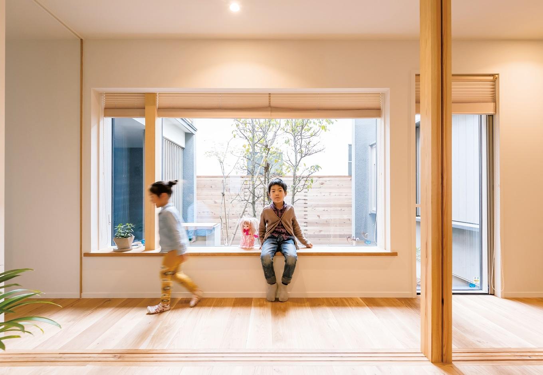 irohaco (アヴァンス)【デザイン住宅、子育て、間取り】1階にある子ども部屋。扉を開け放てば、廊下まで遊びの空間が広がる