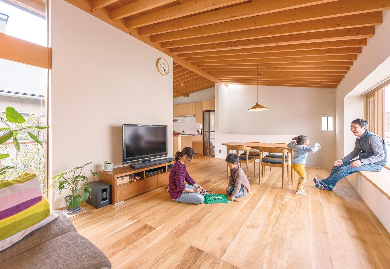 irohaco (アヴァンス)【デザイン住宅、子育て、間取り】居心地のいいリビング。無垢のオークのフローリングが、洗練された雰囲気を醸し出す。ダイニングのペンダントライトは設計士からのプレゼント