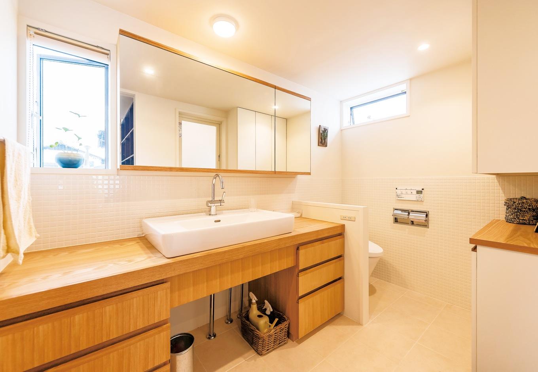 irohaco (アヴァンス)【デザイン住宅、子育て、間取り】バス+トイレ+洗面台を一室に収めたサニタリールーム。キッチンのすぐ隣に配されており、家事動線は抜群だ