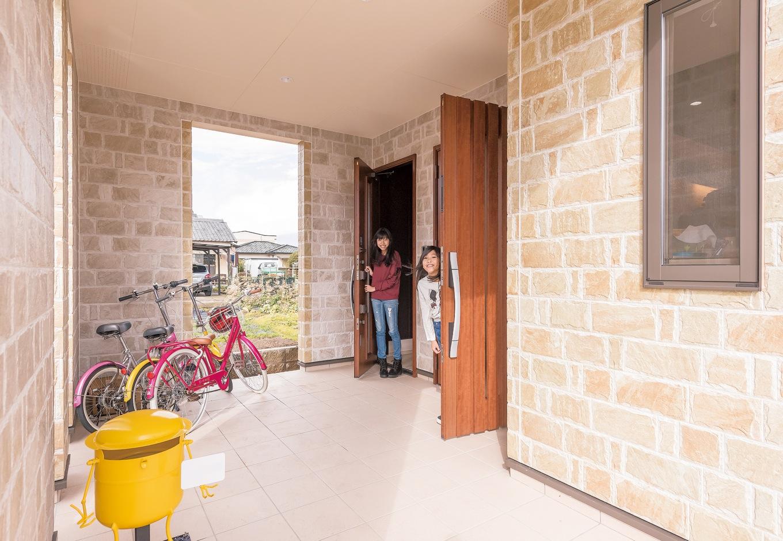 irohaco (アヴァンス)【子育て、二世帯住宅、間取り】広々としたポーチ。二世帯住宅なので母と子世帯の入り口は別に分けてある