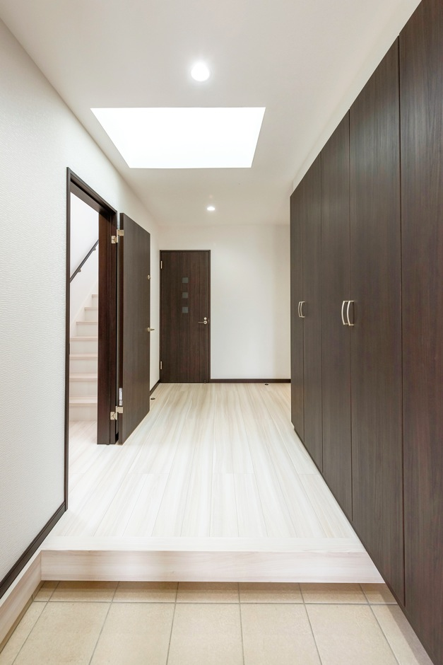 irohaco (アヴァンス)【子育て、二世帯住宅、間取り】2つあるうちの子世帯側の玄関。大容量の収納があり、天井には明かり取りの窓も