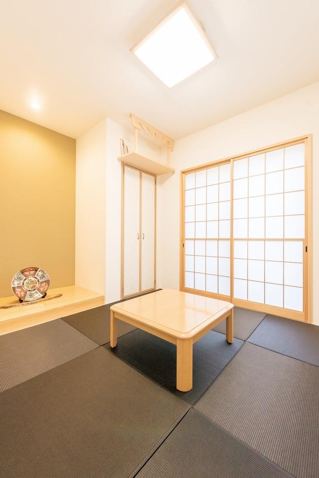 リビングから続く、黒い畳が個性的な和室。同じ畳を敷いた玄関からも出入りできる