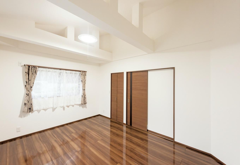緩やかな勾配天井で、縦空間にゆとりを。梁の一部を現しにして、デザインのように見せた