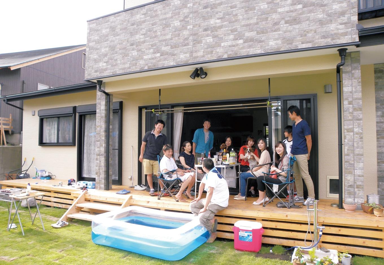 大勢の友人を招いてバーベキューが楽しめる広い庭と、1.5mの広々デッキ。リビングの窓は全開放にできるのが便利