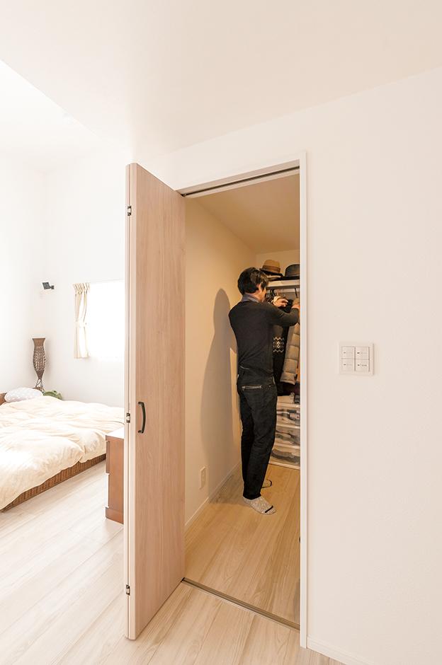 Yさんの部屋のクローゼットは、ウォークインといってもいいほどの大きさ。 このサイズのものが2つある