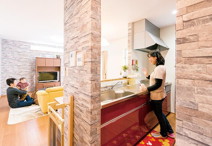 irohaco (アヴァンス)【1000万円台、子育て、狭小住宅】以前、『アヴァンス』の完成見学会で見た赤いキッチンが気に入り即決。リビングを見渡せ、子どもに気を配りながら料理ができる。庭を通って窓から入ってくる風が心地よい