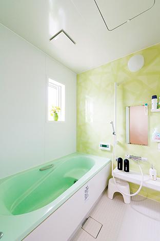 irohaco (アヴァンス)【1000万円台、子育て、狭小住宅】バスルームの壁は、あえて一面だけを美しいグリーンにして、癒しの空間に