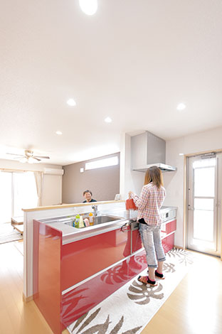 irohaco (アヴァンス)【1000万円台、デザイン住宅、子育て】奥さまの大好きな赤を選んだキッチンは、「irohaco」の標準プラン