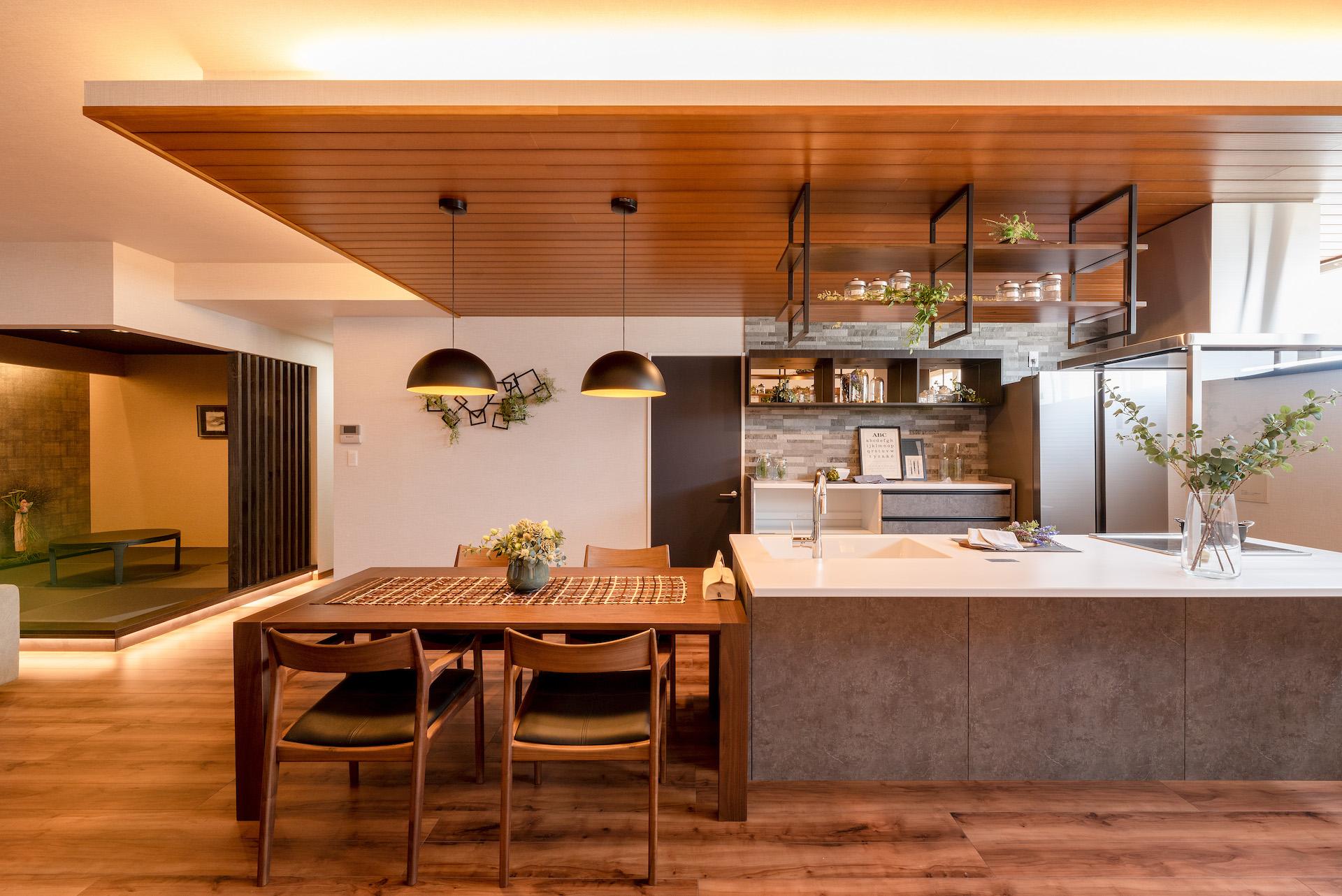 irohaco (アヴァンス)【駿東郡清水町堂庭241-22・モデルハウス】2階のショールームは、等身大のLDKを公開。家具や照明、グリーン、雑貨など、インテリアのコーディネートも参考になる