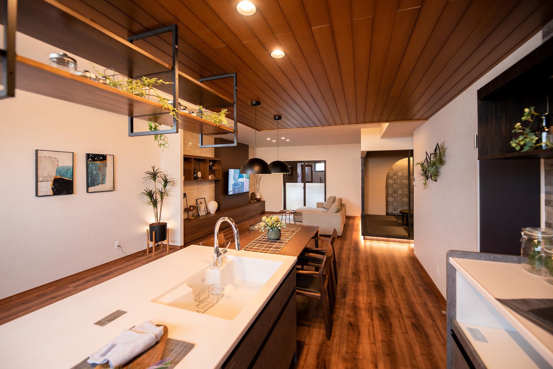 irohaco (アヴァンス)【駿東郡清水町堂庭241-22・モデルハウス】キッチンに立てば、ダイニング、リビングと視線が一直線に抜けるので家族の気配がわかりやすい
