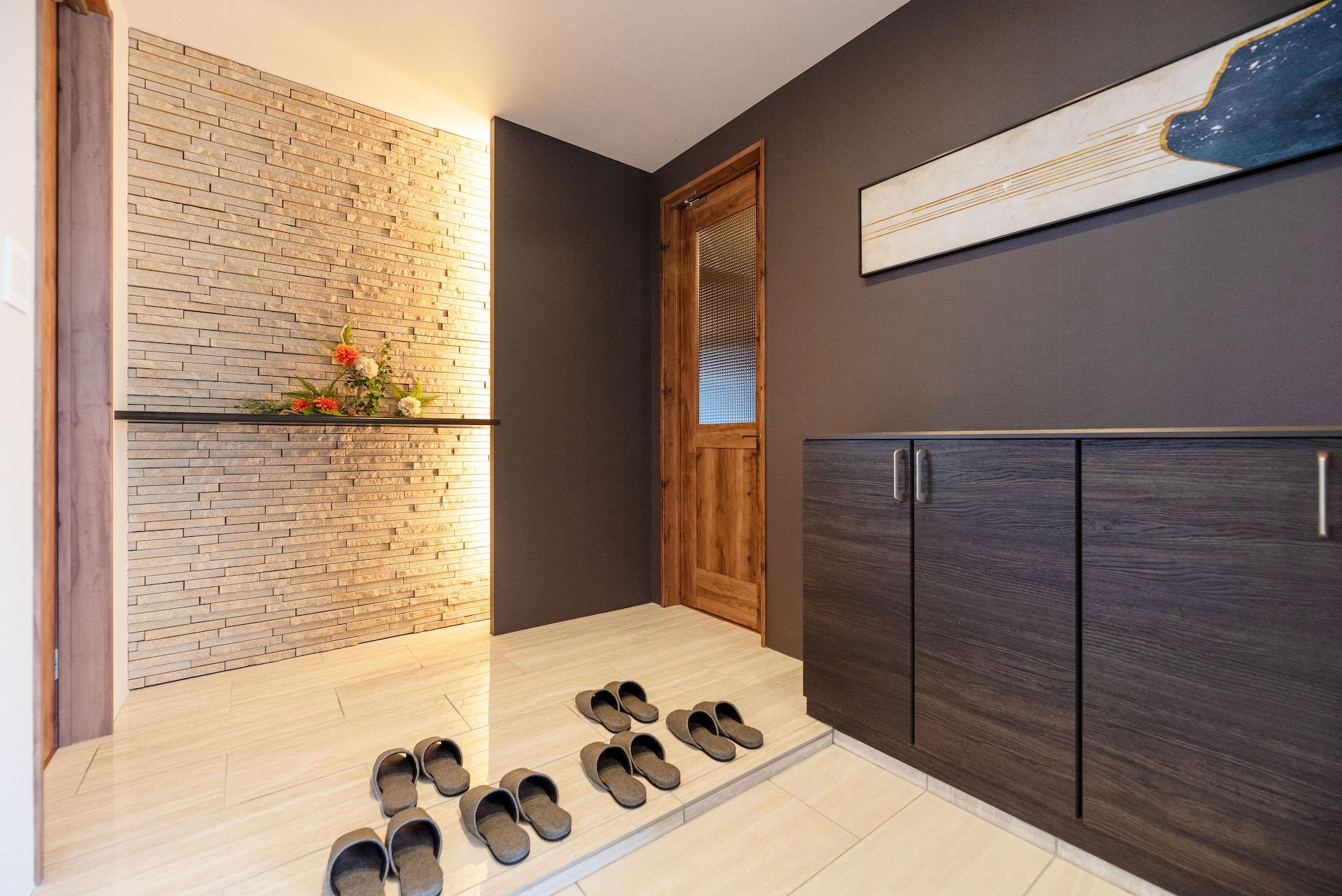 irohaco (アヴァンス)【駿東郡清水町堂庭241-22・モデルハウス】広々とした玄関スペース。間接照明が映し出すタイルの陰影が美しい