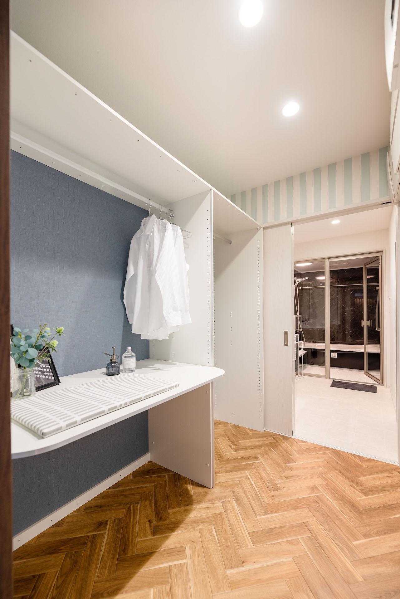 irohaco (アヴァンス)【駿東郡清水町堂庭241-22・モデルハウス】アイロンがけもできる部屋干しコーナー。脱衣室、バスルームへとつながるしなやかな家事動線も体感して