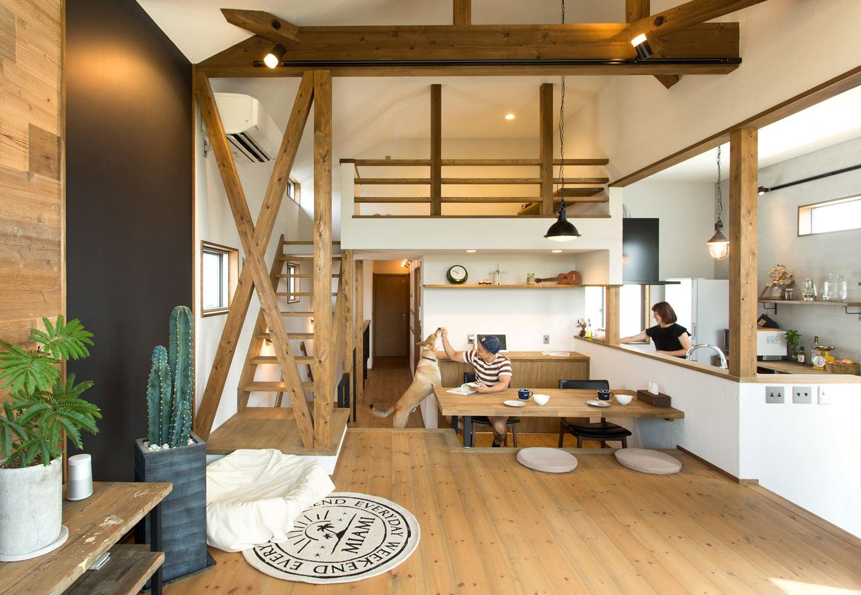 Select工房【デザイン住宅、間取り、インテリア】階段やスキップフロアを多用した2階LDK。さらに階段を上ると畳敷きのロフトがあり、ごろりと寝転んで一休みできる。床や造作家具など、木の部分は全て植物性塗料をブレンドした優しい色味でカラーリング。黒板や古材、アイアンの手すり、塗り壁とも相性がいい