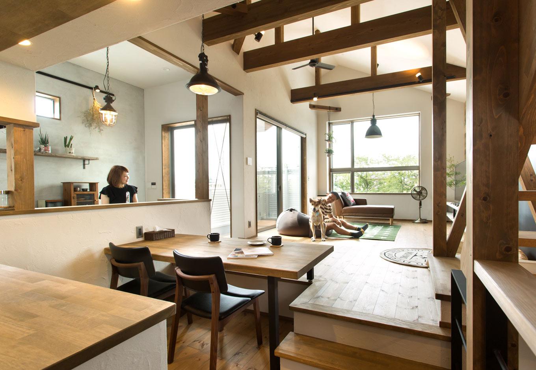 Select工房【デザイン住宅、間取り、インテリア】スキップフロアを生かすダイニングテーブルは心地よく、掃除がしやすい。ご主人はクッションに寝転びながら、犬と戯れる時間が至福のひととき