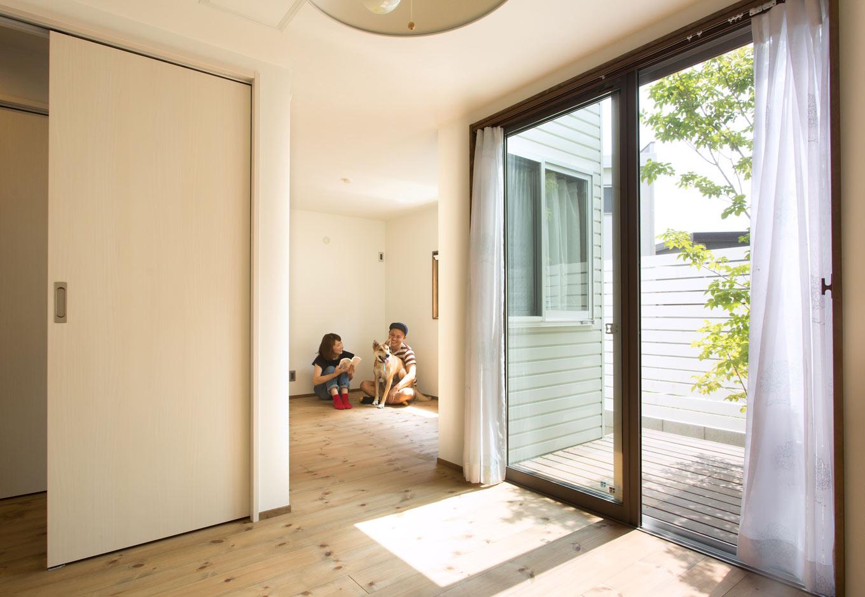 Select工房【デザイン住宅、間取り、インテリア】1階奥にある子ども部屋は、北側にあるとは思えないほどの明るさ。夫妻の寝室へと続くウッドデッキも、大人と子どもを繋ぐ架け橋になる