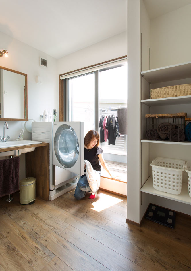 Select工房【デザイン住宅、間取り、インテリア】洗濯物を干すための専用バルコニー付き洗面ルーム。造作洗面台にPanasonicのキュービックフォルム型洗濯機が似合う