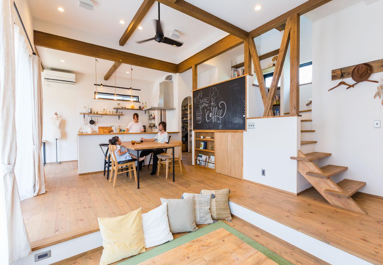 Select工房【デザイン住宅、趣味、インテリア】無垢材や古材、アイアン、タイルなど、多彩な素材が調和したLDKに、『Select工房』のコーディネート力が光る。スキップフロア下の収納やパントリーのおかげですっきりと片付き、黒板やインテリア雑貨がよく映える