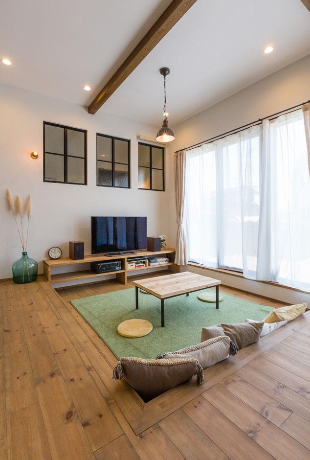 Select工房【デザイン住宅、趣味、インテリア】ダイニングキッチンに繋がるリビングは、一段下げてくつろげるスペースに。内装に似合う照明デザインや、空間に彩りを添える絶妙な光の入り方は、『Select工房』の照明コーディネーターが考え抜いたもの