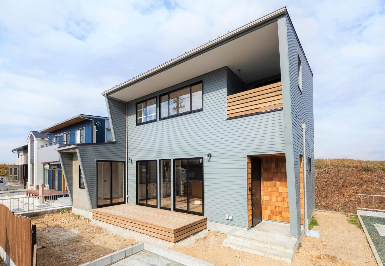 Select工房【デザイン住宅、趣味、インテリア】ガルバリゥム鋼板を使った外壁は、グレーを選び、横向きに張ることで中性的な印象に。玄関部分にはレッドシダーを採用するなど、スタイリッシュなものとナチュラルなものをほどよくミックス