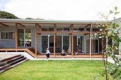 高低差のある敷地を活用した 平屋スキップのL字型の家