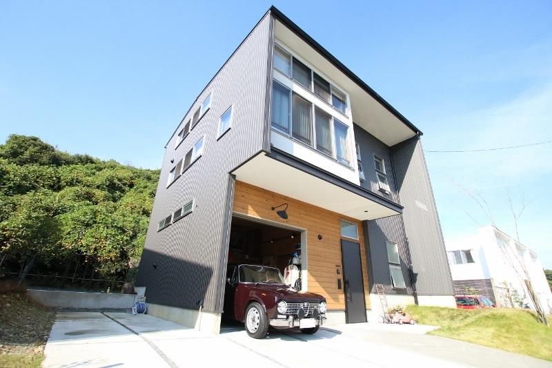 Select工房【デザイン住宅、趣味、ガレージ】素材感とカラーの組み合わせに施主さんのセンスが光る個性豊かな外観