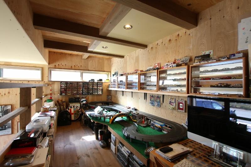 Select工房【デザイン住宅、趣味、ガレージ】インナーガレージ内にもロフトをつけて、コレクションのディスプレイスペースに使用