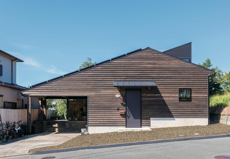 Select工房【デザイン住宅、狭小住宅、スキップフロア】杉板のよろい張りが目を引く外観。ガレージの奥に緑が垣間見える