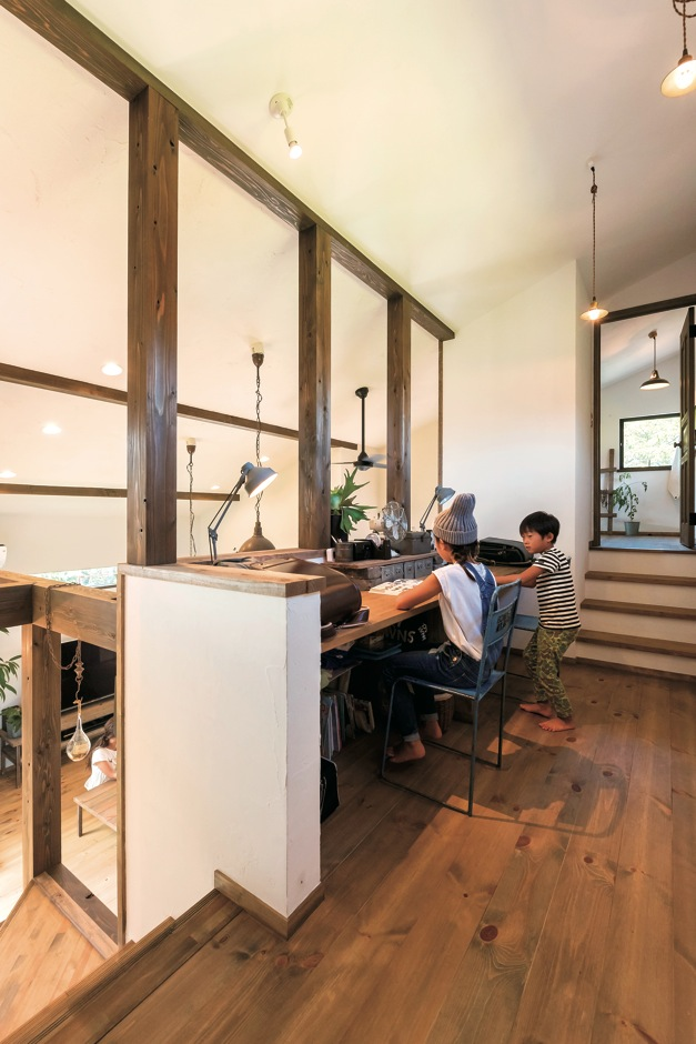 Select工房【デザイン住宅、狭小住宅、スキップフロア】リビング階段を上がると、吹き抜けに面した勉強スペースが現れる