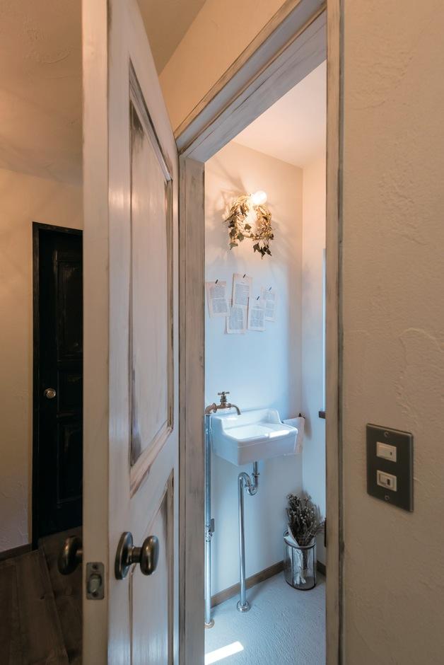 Select工房【デザイン住宅、狭小住宅、スキップフロア】すべてのドアは、無垢の状態で購入したものを奥さまがエイジング加工。トイレ内の蛇口までこだわり抜いた