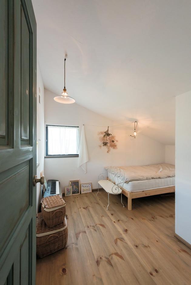 Select工房【デザイン住宅、狭小住宅、スキップフロア】勉強スペースの両脇に、子ども部屋としてのロフトを用意