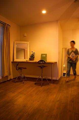 Select工房【デザイン住宅、狭小住宅、スキップフロア】2階の浴室、洗面脱衣所とベランダの中間に設けたファミリースペース。陽当たりの良いベランダと直結しているので、造作テーブルで洗濯物を畳んだり、アイロンをかけたり。将来的には奥さまのアトリエになる空間