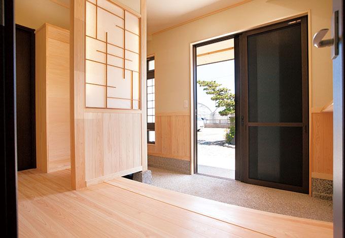隆勝工務店【収納力、和風、省エネ】玄関土間は豆砂利洗い出し仕上げ。間仕切り壁のデザインは棟梁のオリジナル