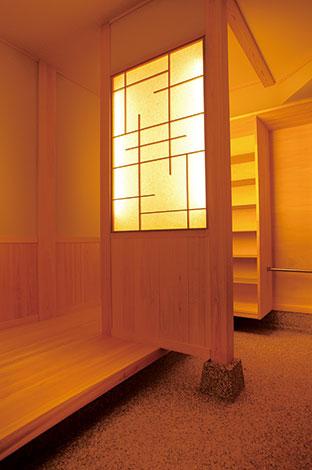 隆勝工務店【収納力、和風、省エネ】玄関の間仕切り壁の間接照明に遊びごころと和の上質さが漂う