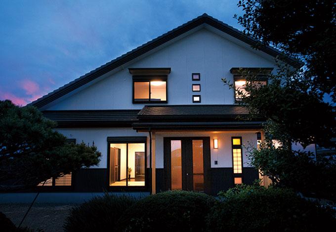 隆勝工務店【収納力、和風、省エネ】太陽光発電を搭載するため、より効率のいい屋根に。腰壁など和のテイストを入れつつ、高原の別荘風のおしゃれな外観が完成