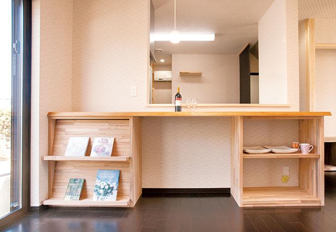 隆勝工務店【収納力、和風、省エネ】大きな開口により開放感たっぷり。持込のダイニングテーブルが収まるようカウンター収納が作られた。キッチン奥には造作棚のパントリーも完備