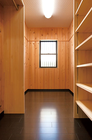 隆勝工務店【収納力、和風、省エネ】寝室のウォークインクローゼットは杉赤身板張り。可動式棚が便利