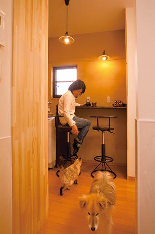 """隆勝工務店【デザイン住宅、間取り、ペット】家事の合間にティーブレイクしたリ、本を読んだりする奥さまの""""ほっこりカウンター""""。隣には同じ洗濯機が2台あり、 人用とペット用、別々に洗えるように配慮した"""