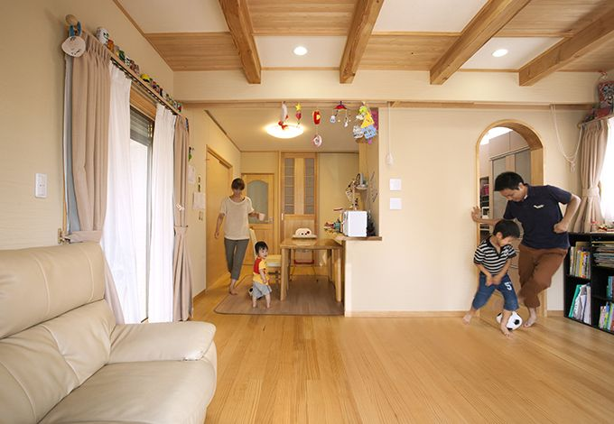隆勝工務店【子育て、収納力、自然素材】温水式床暖房を採用したN邸。冬は暖かく、夏は断熱材とペアガラスで熱を遮断し、ムッとした暑さを解消している