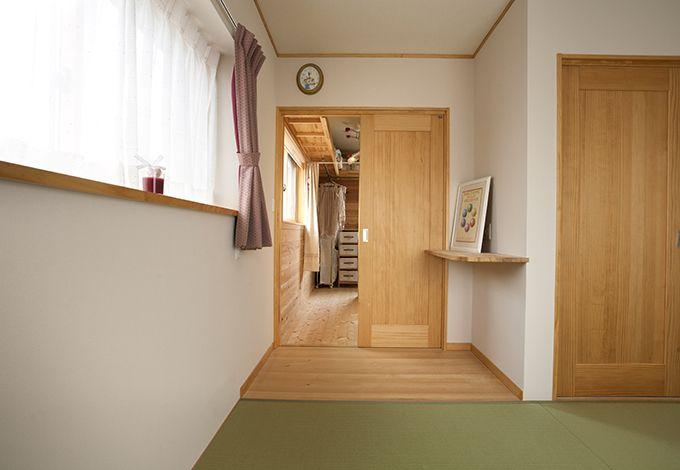 隆勝工務店【子育て、収納力、自然素材】主寝室奥にも広々としたウォークインクローゼットを確保