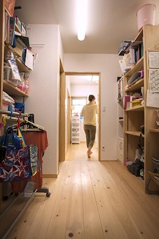 隆勝工務店【子育て、収納力、自然素材】キッチンと洗面室の間に、パントリー兼家事室を設けた