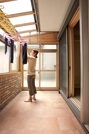 隆勝工務店【子育て、収納力、自然素材】雨を気にせず洗濯ができるサンルームはママの大きな味方