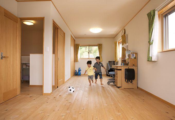 隆勝工務店【子育て、収納力、自然素材】子どものアトピーに配慮し、自然素材を多用したN邸。子ども部屋の床は足触りがやさしい無垢のヒノキ。壁は調湿性の高い珪藻土を使用。成長の過程で間仕切りもできるが、今は広々空間でサッカーに夢中