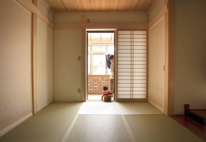 隆勝工務店【子育て、収納力、自然素材】サンルームと繋がる和室は、洗濯を取り込み畳む、作業スペースとしても重宝している