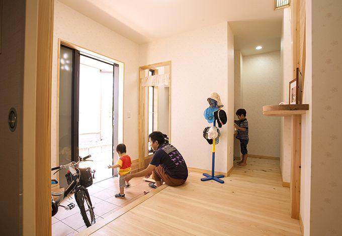 隆勝工務店【子育て、収納力、自然素材】大容量シューズクロークのおかげで玄関がすっきり。ホール脇の洗面コーナーは、来客用としても重宝