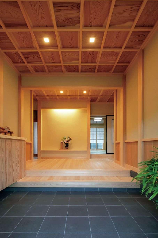 玄関は高級旅館のように端正で上品な佇まい。匠の精緻な造作によって床や壁、天井に用いた上質材の美しさが際立っている