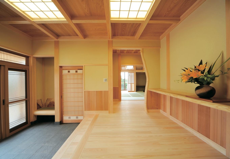 風格ただよう玄関ホール。格天井は3尺角の秋田杉1枚板