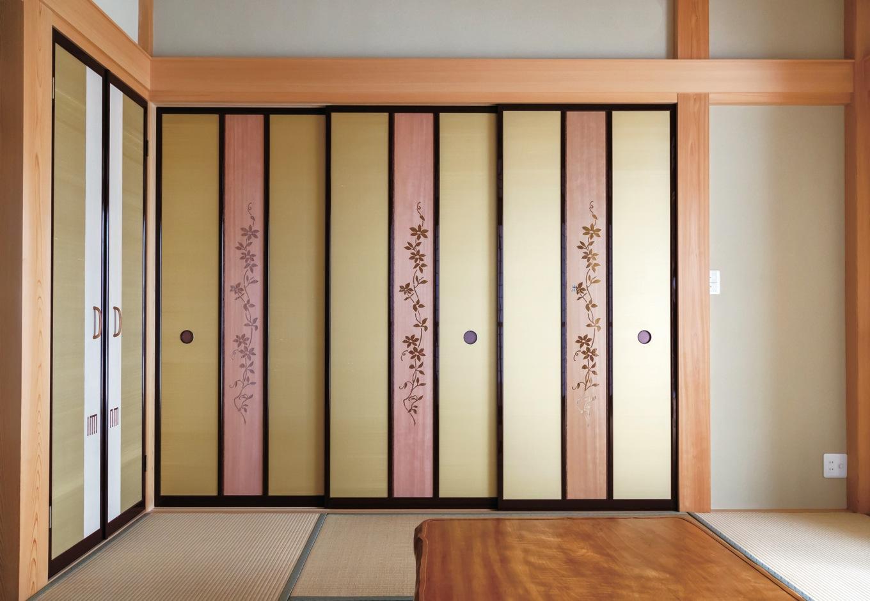 上品な金色のツムギ襖は、組子細工とともに職人の繊細な手仕事が光る。テッセンの花を透かし彫りしたオリジナルの建具は吉野杉を使用