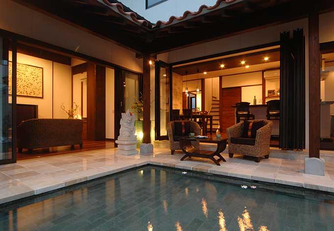 カネタケ竹内建築【デザイン住宅、自然素材、高級住宅】ライトアップされ、温かな光に包まれた夕刻。テラスには大理石を敷き詰めており、幻想的な空間を楽しみながら寛ぎのひとときを