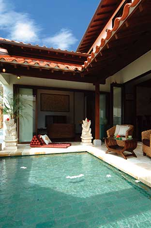カネタケ竹内建築【デザイン住宅、自然素材、高級住宅】青い空にオレンジの瓦、きらめきを放つプールサイドは極上のくつろぎ空間。プールの底には水が青々と見える現地の天然石を使用
